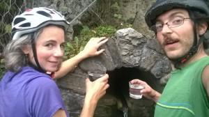 Dans la montée, vers le monastère bouddiste,  quelqu'un a mis deux verres près de la source. Réincarnation assurée