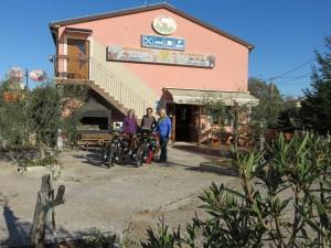 Café Lovac, spécialisé en recherche de cycliste en montagne : on a gagné une nuit à l'hôtel!