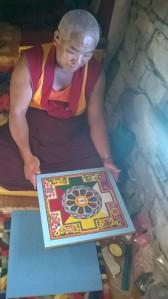 Le moine Kelsang fabrique un mandala (en sable coloré). Tout est vrai dans cette scène.