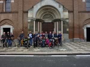 Photo de groupe, sur la place de Castelnuovo Scribia