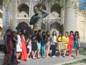 Ouzbeques endimanchées devant la statue de nasrudinne hodja