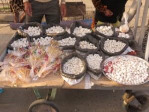 Sur le bazar, les fameux kurk, boulettes de fromage très sec et très salé