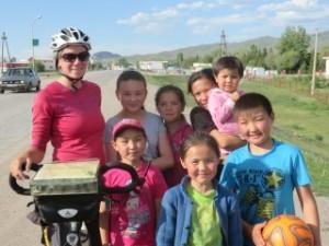 A Kegen, accueillis chaleureusement par des enfants  kazakhs